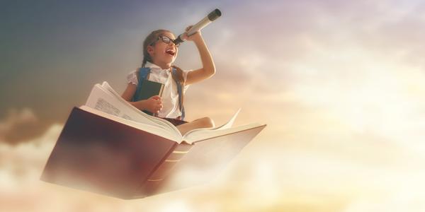 Petite fille qui vole sur un livre, une longue-vue à la main