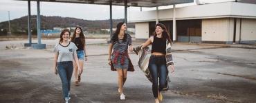 Adolescentes dans une cour de lycée
