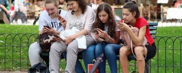 Adolescentes sur leurs téléphones