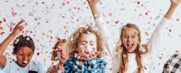 Enfants qui jettent des confettis