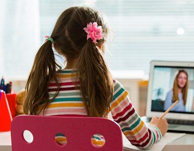 Petite fille devant un cours en visio
