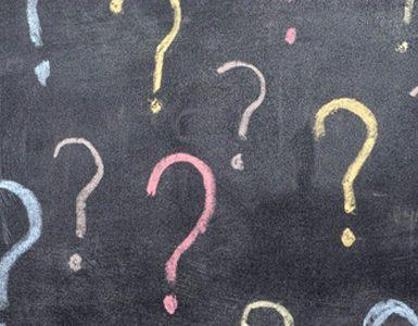 Points d'interrogation dessinés sur un tableau noir