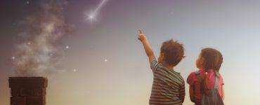 Enfants qui observent une étoile filante