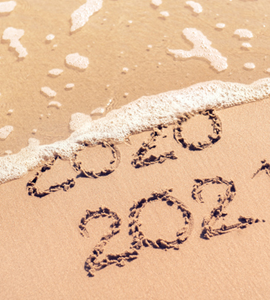 2020 et 2021 écrits sur le sable