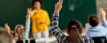 élèves qui posent des questions