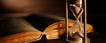 Sablier et livre ancien